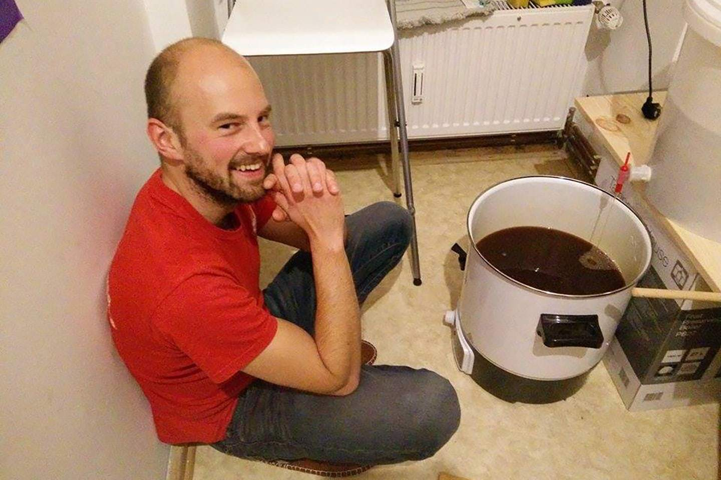 Lukasz of FUERST WIACEK and the Glühweinkocher during a homebrew session